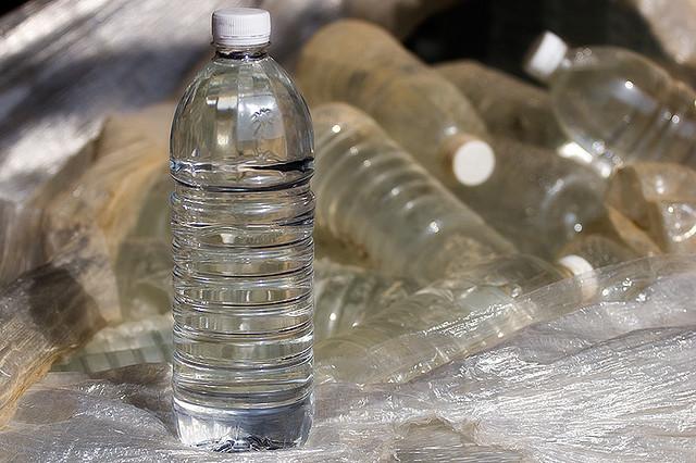 зачем вода в бутылке