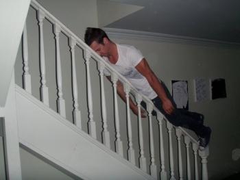 Планкинг на лестнице мужчиной
