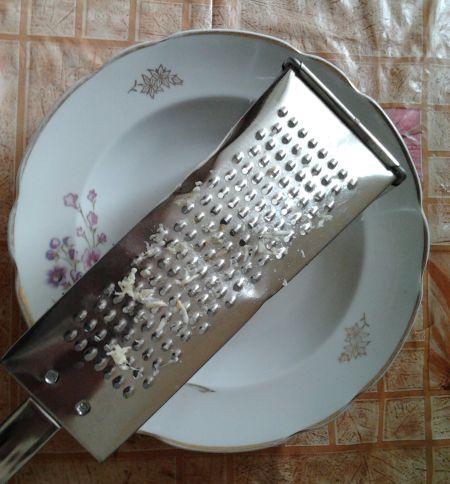 Грязная терка на тарелке