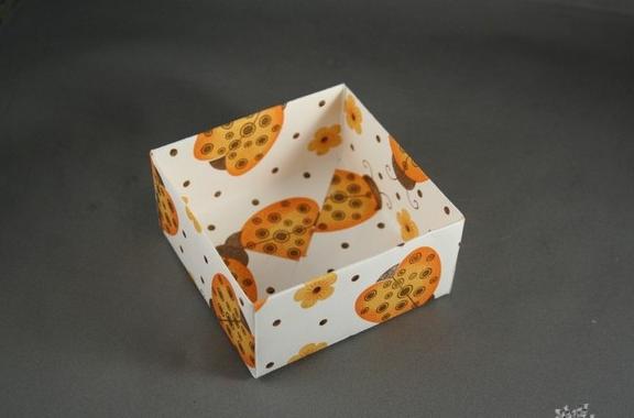 прямоугольная коробка из бумаги