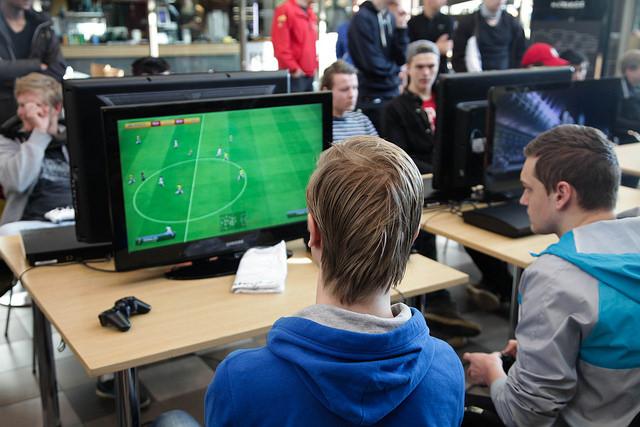 Какая игра лучше FIFA14 или PES14?