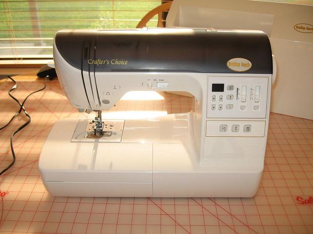 Из-за чего швейная машинка пропускает стежки?