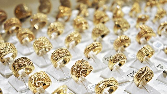 Из-за чего темнеет палец под золотым кольцом?