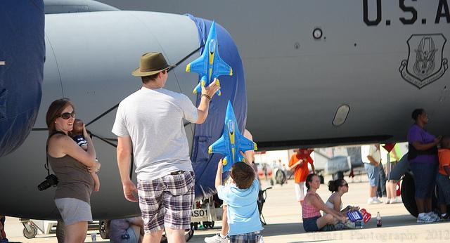 Чем занять ребенка во время перелета?